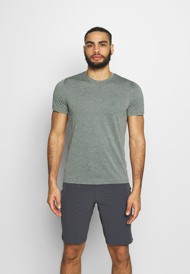 EXPLORE TEE - Print T-shirt - balsam green