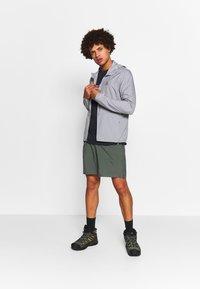 Salomon - TRAINING SHORT - Korte sportsbukser - balsam green - 1