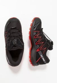 Salomon - XA PRO 3D CSWP - Obuwie hikingowe - black/high risk red - 0