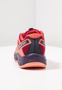Salomon - XA PRO 3D  - Obuwie hikingowe - cerise/dubarry/peach amber - 3