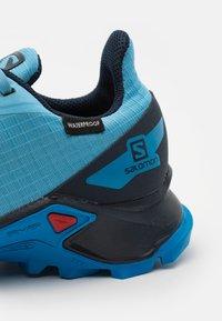 Salomon - ALPHACROSS BLAST UNISEX - Trekingové boty - ethereal blue/navy blazer/indigo bunting - 5