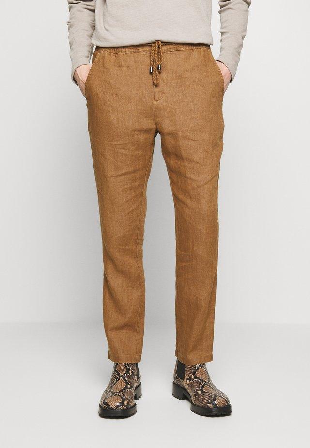 JASON NORMAL - Pantalones - camel