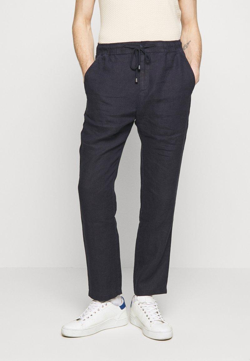 Sand Copenhagen - JASON NORMAL - Trousers - dark blue