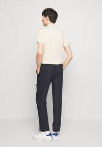 Sand Copenhagen - JASON NORMAL - Trousers - dark blue - 2