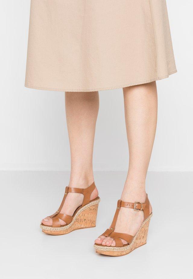 DELFINA - Korolliset sandaalit - camel
