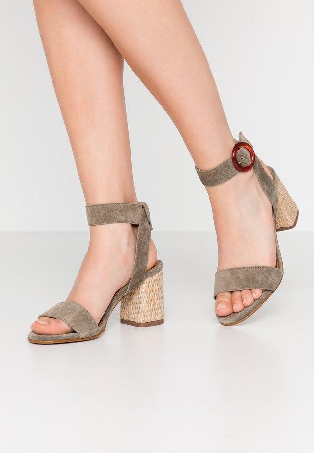 FERIENA - Sandaalit nilkkaremmillä - kaki