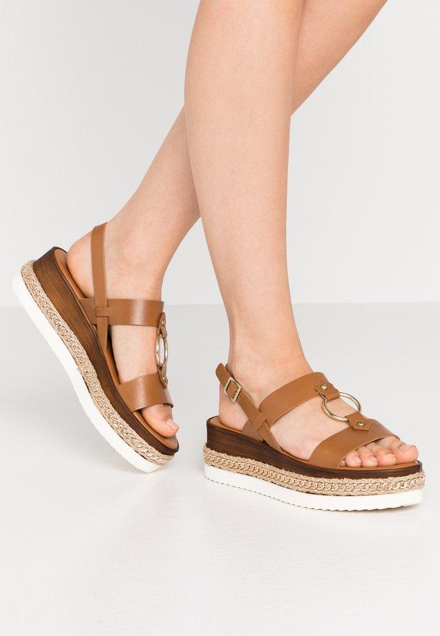 DELFONA - Sandały na platformie - camel