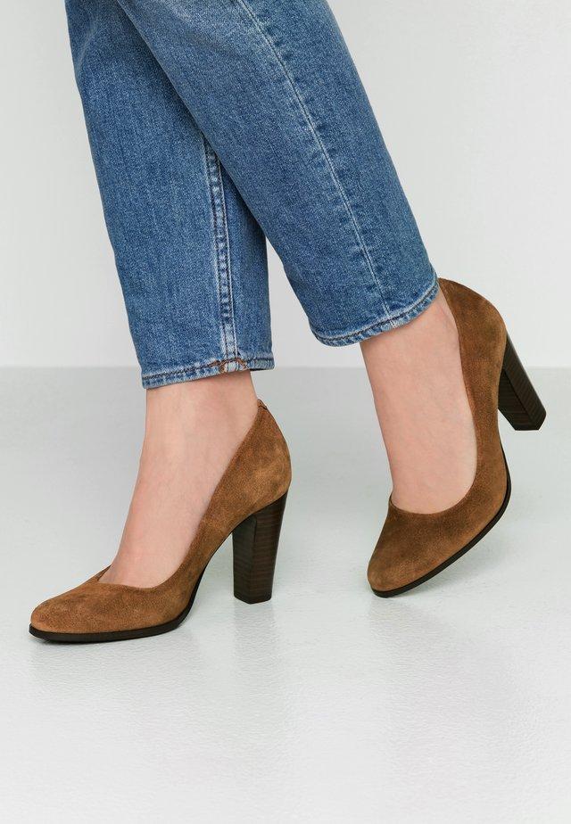 AKAINA - Classic heels - camel