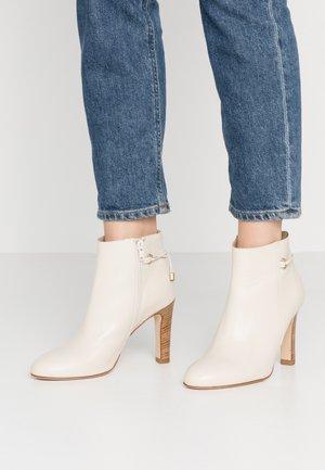 AGNOLI - Kotníková obuv na vysokém podpatku - blanc