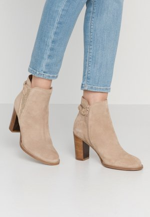 ANDITA - Ankle boots - sable/or