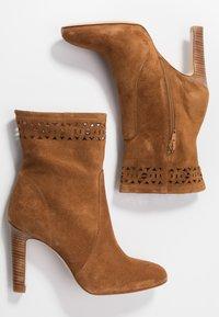 San Marina - AGNATELA - Kotníková obuv na vysokém podpatku - camel - 3