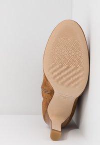 San Marina - AGNATELA - Kotníková obuv na vysokém podpatku - camel - 6