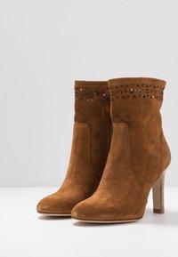 San Marina - AGNATELA - Kotníková obuv na vysokém podpatku - camel - 4