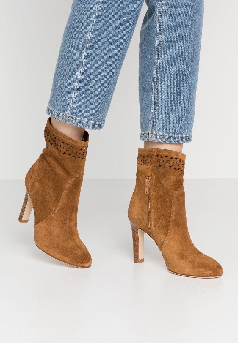 San Marina - AGNATELA - Kotníková obuv na vysokém podpatku - camel