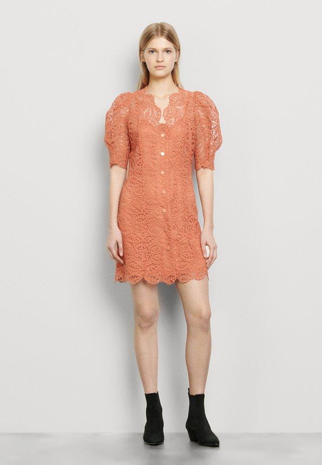 LIVAN - Skjortklänning - corail