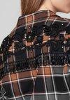 sandro - BEANS - Button-down blouse - camel/black