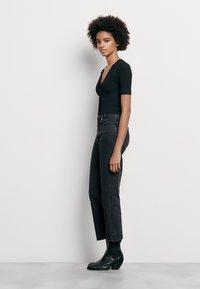 sandro - CECIL - T-shirt imprimé - noir - 1