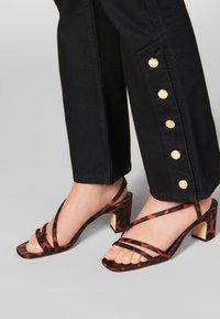 sandro - SNAPY - Jeans straight leg - black - 4