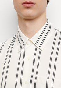 sandro - NEW FLOW CHEMISE CASUAL - Skjorter - blanc - 4
