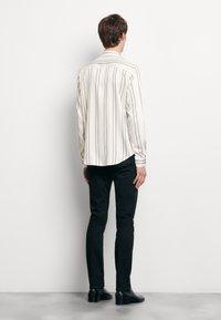 sandro - NEW FLOW CHEMISE CASUAL - Skjorter - blanc - 2