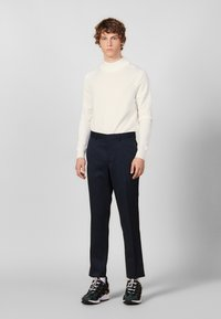 sandro - Spodnie materiałowe - navy blue - 0