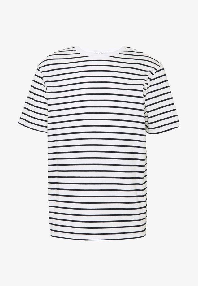 BOAT TEE - T-shirt z nadrukiem - ecru/marine