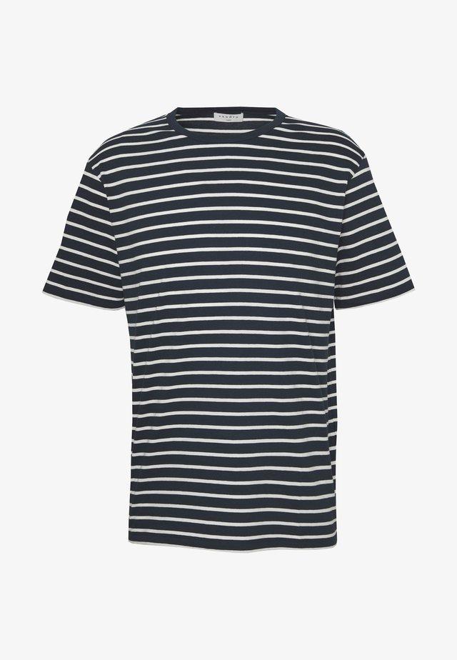 BOAT TEE - Print T-shirt - marine/ecru