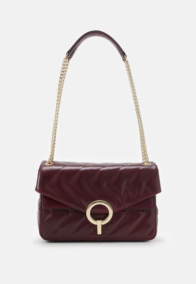 QUILTED CHAIN SHOULDER BAG - Handväska - bordeaux