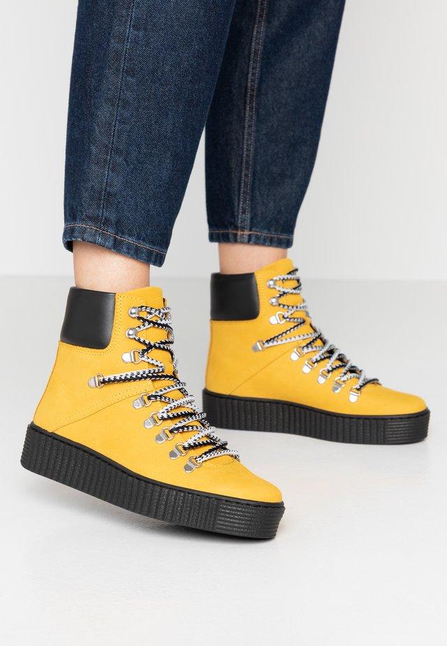 AGDA - Kotníkové boty na platformě - yellow