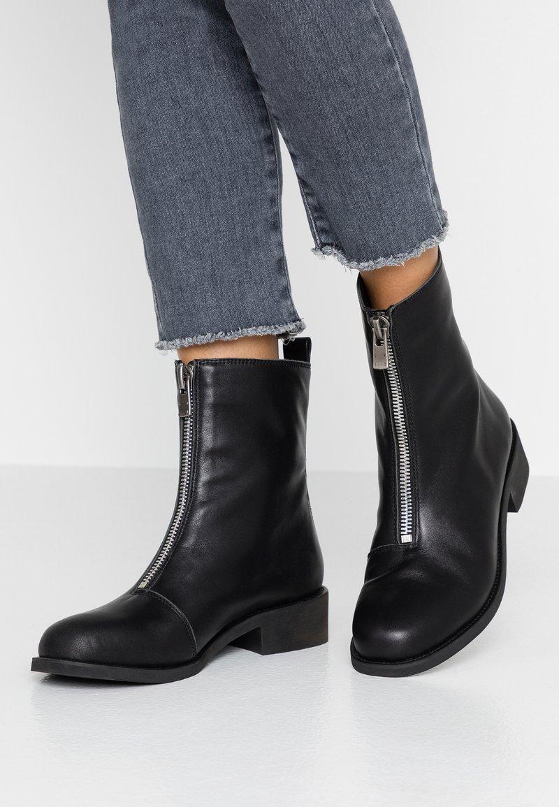 Shoe The Bear - JO FRONT ZIP - Støvletter - black
