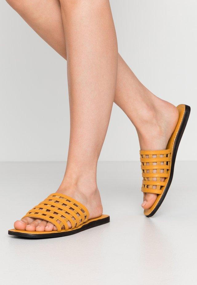 TAO CAGE - Slip-ins - yellow