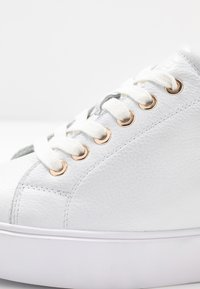 Shoe The Bear - AVA GRAIN INNER WEDGE  - Joggesko - white - 2