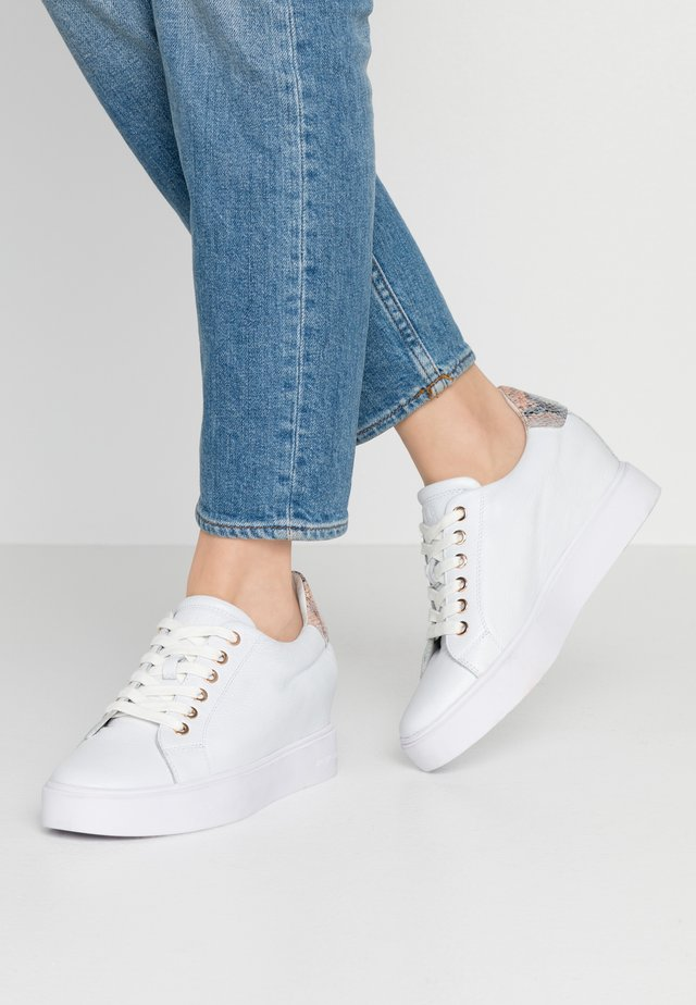 AVA GRAIN INNER WEDGE  - Sneaker low - white