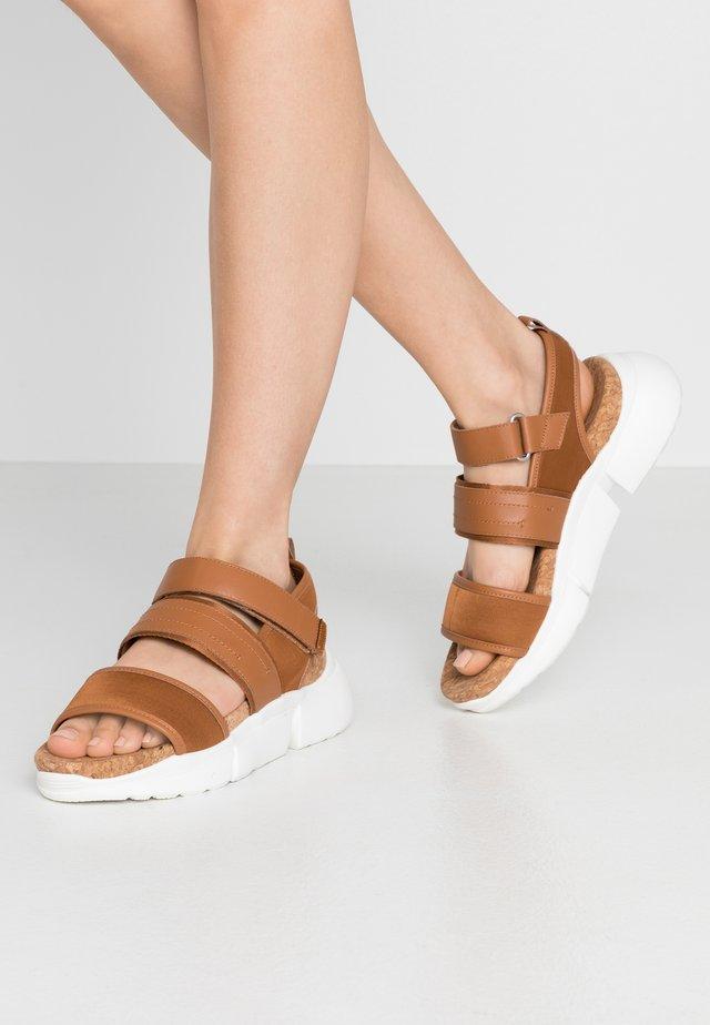 MALA SPORT  - Sandały na platformie - tan
