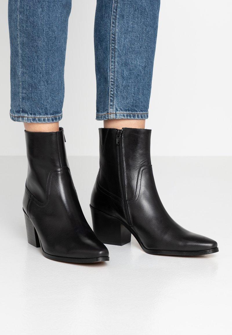 Shoe The Bear - GEORGIA - Cowboy/biker ankle boot - black