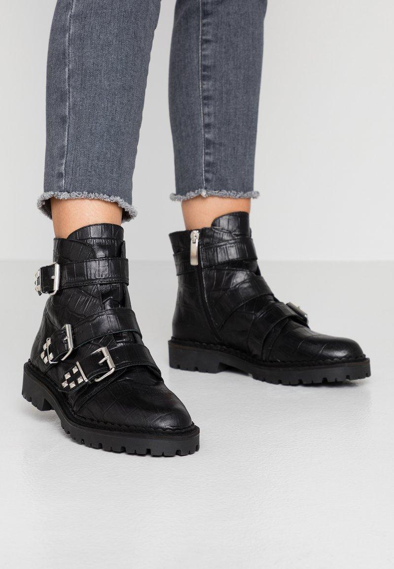 Shoe The Bear - HAILEY BUCKLE CROCO - Stivaletti texani / biker - black