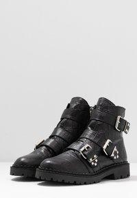 Shoe The Bear - HAILEY BUCKLE CROCO - Stivaletti texani / biker - black - 4