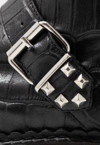 Shoe The Bear - HAILEY BUCKLE CROCO - Stivaletti texani / biker - black - 2