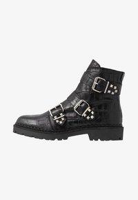 Shoe The Bear - HAILEY BUCKLE CROCO - Stivaletti texani / biker - black - 1