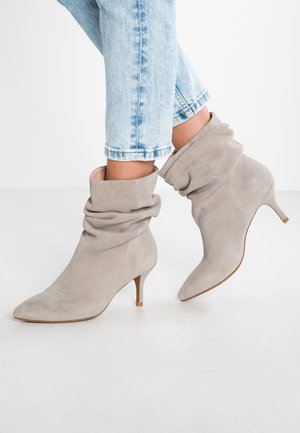 AGNETE SLOUCHY - Classic ankle boots - light grey