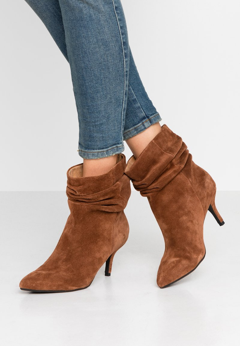 Shoe The Bear - AGNETE SLOUCHY - Classic ankle boots - brown