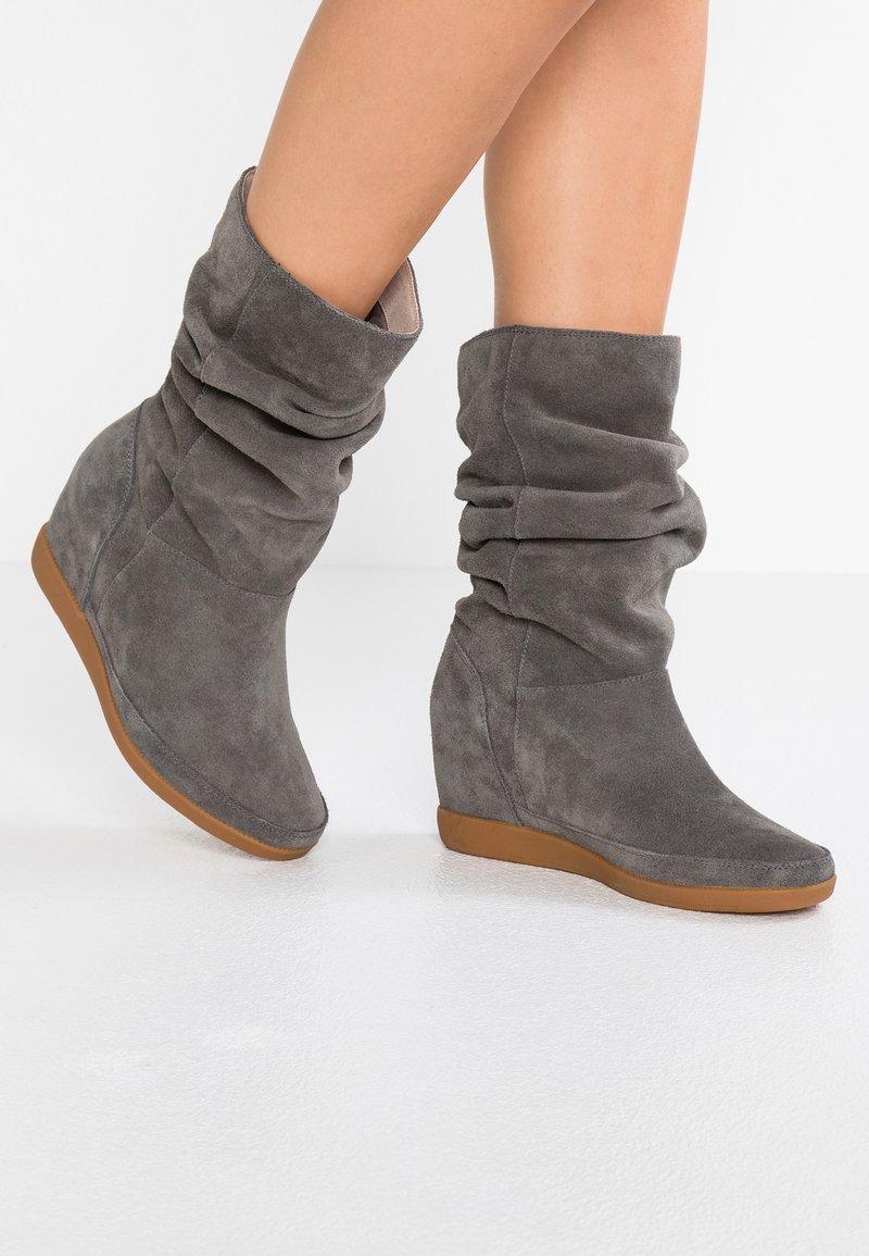 Shoe The Bear - EMMY SLOUCHY - Wedge boots - dark grey