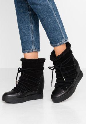 TRISH - Kotníkové boty na klínu - black
