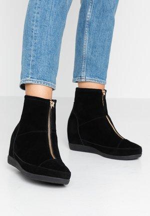 EMMY BOOT - Kotníková obuv - black