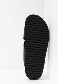 Shoe The Bear - CROSS - Pantofle - black - 4
