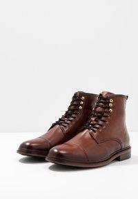 Shoe The Bear - CURTIS - Bottines à lacets - tan - 2