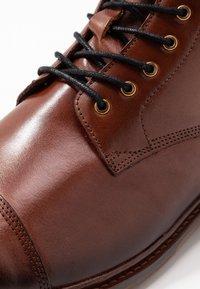Shoe The Bear - CURTIS - Bottines à lacets - tan - 5