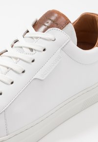 Schmoove - SPARK CLAY - Trainers - white/old camel - 5