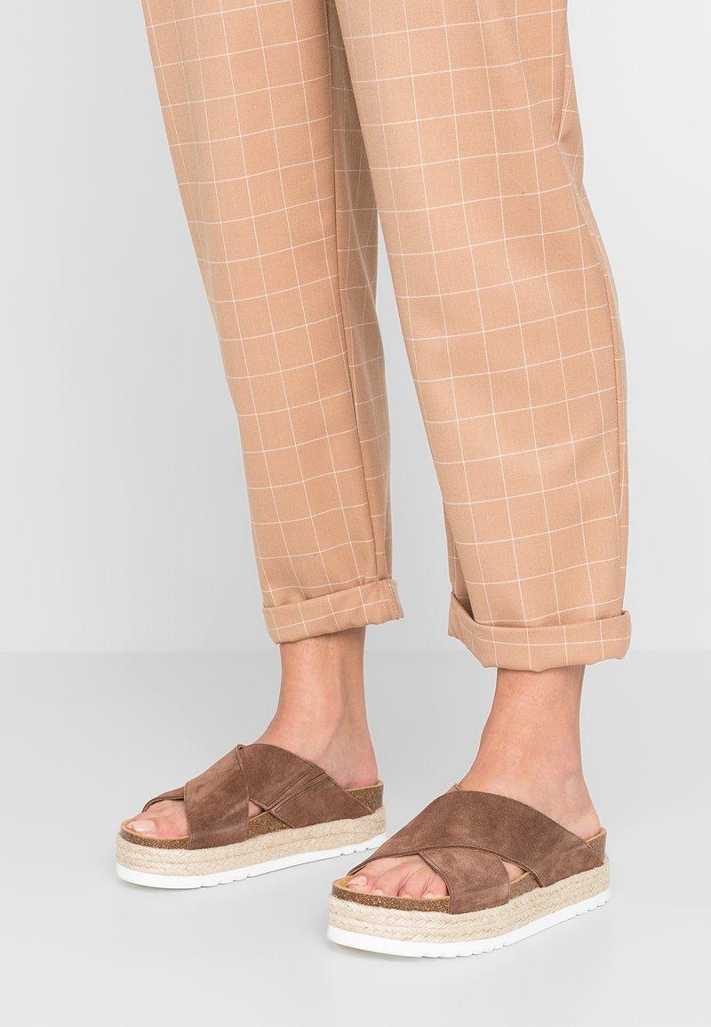 Scholl - MALINDY CROSS - Pantolette flach - braun