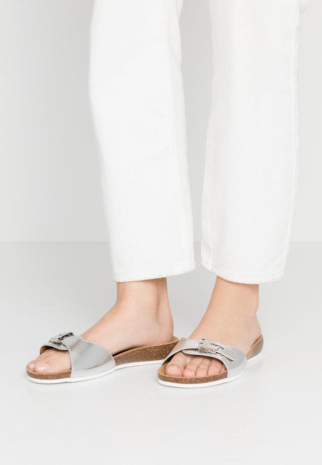 BAHAMAIS - Slippers - blanc/argento